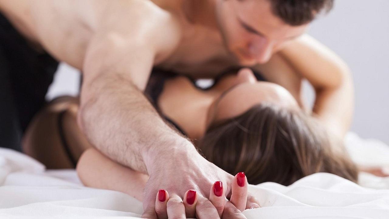 Домашний горячий секс на кровати, смотреть русскую трахает в очко