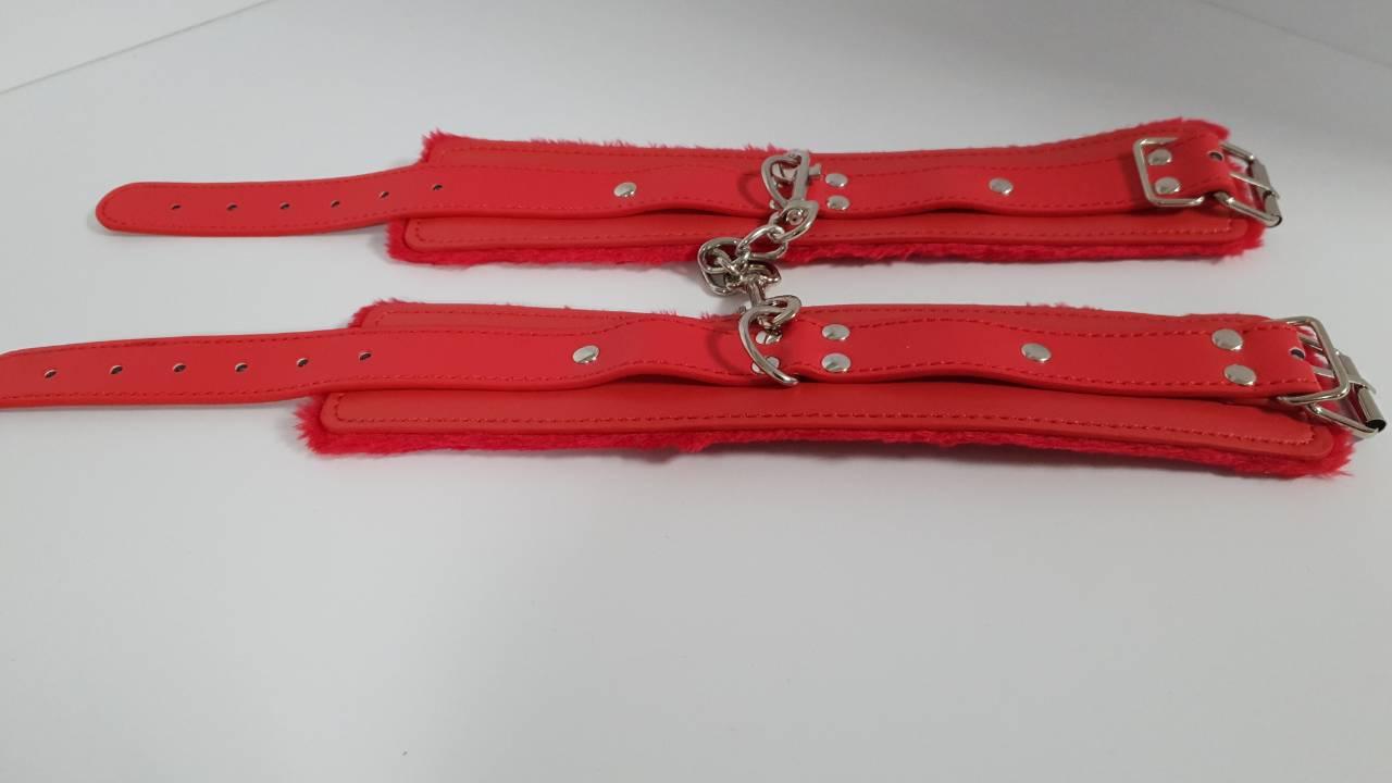 Наручники с мехом red