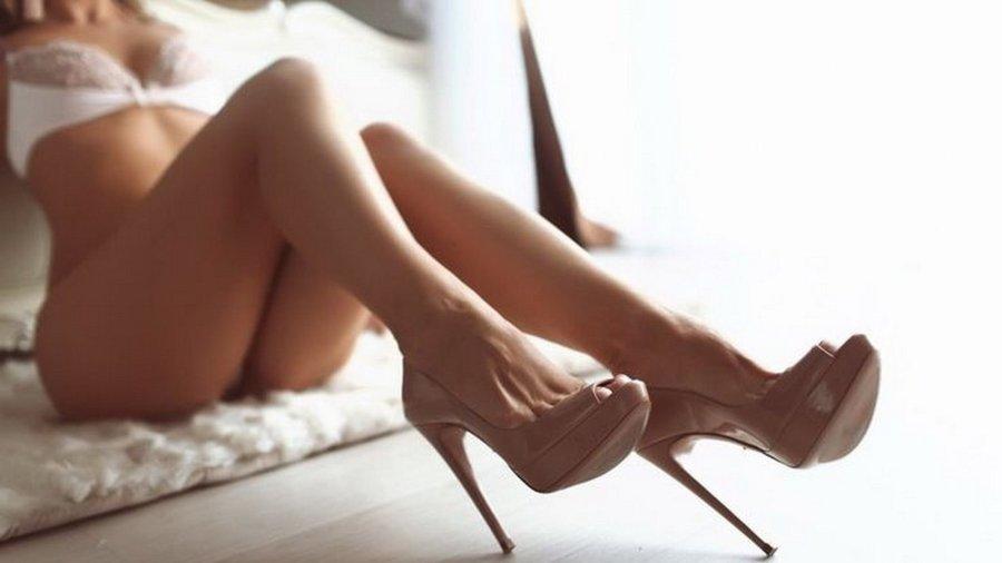 Девушка в красивых туфлях на каблуках